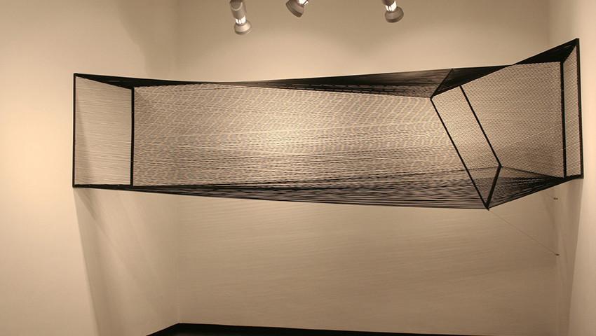 install site specific - 2006, filo elastico e ferro, Gall. Costantini, Milano